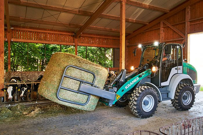 Kramer e-loader KL25.5e in action: in the barn with ball pincers