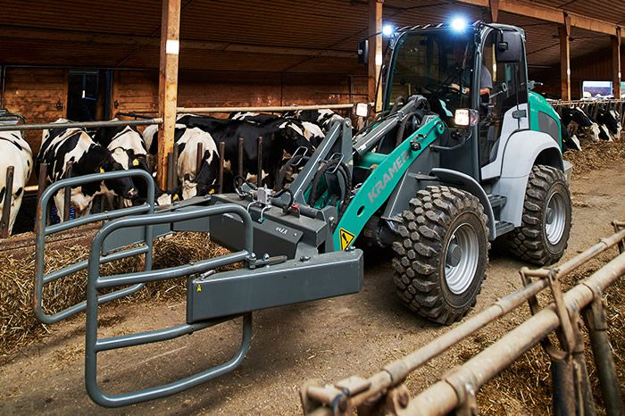 Kramer e-loader KL25.5e in action: in the barn with cattle